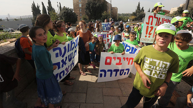 Children from Amona demonstrate in Jerusalem in favor of legalizing the outpost (Photo: Gil Yohanan)