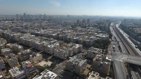רחוב דב הוז (שיוצא מהמחלף שמאלה, במרכז התצלום) הוא הדופן הדרומית של השכונה. 1,200 דירות חדשות ייבנו בדופן הזו (צילום: Take -Air צילום אוויר)