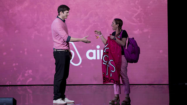 Kutcher and Gold shake hands (Photo: AP)