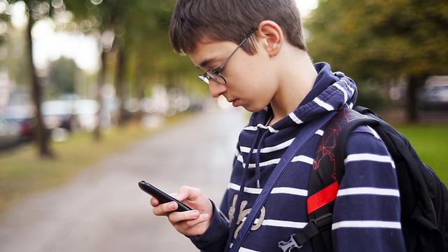 כשליש מבני הנוער חווים תחושת בדידות בהפסקות על אף שהם מוקפים בחברים (צילום: shutterstock)