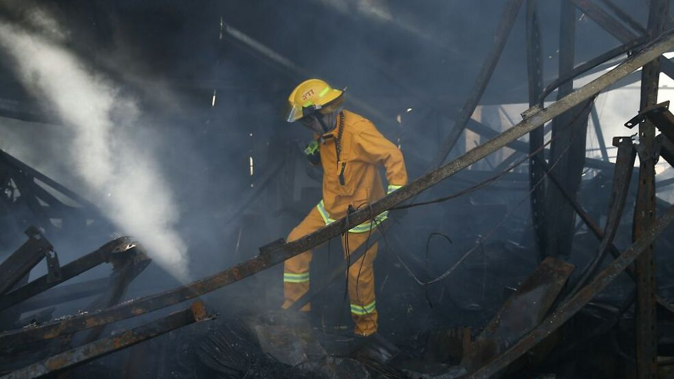 A firefighter at a blaze in Beit Meir (Photo: Ohad Zwigenberg)