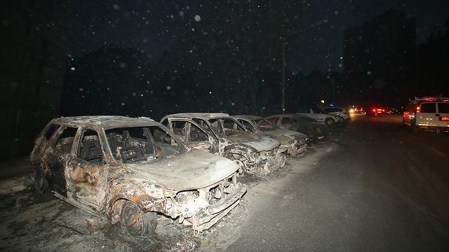כלי רכב שעלו באש בשכונת רוממה (צילום: אלעד גרשגורן  )