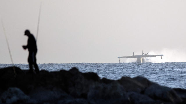 Turkish plane collecting water off coast of Netanya (Photo: AFP)