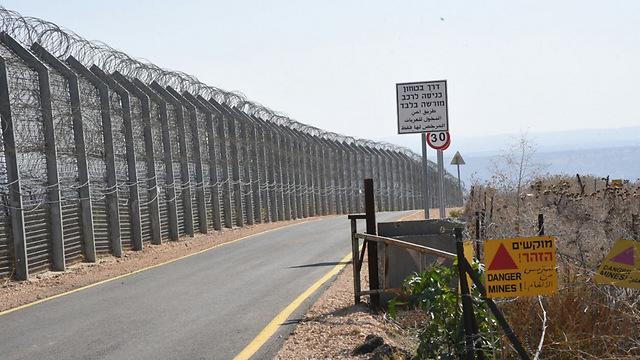 הפעם זה יכול להגיע ממש לפה. גדר הגבול בגולן (צילום: אביהו שפירא)