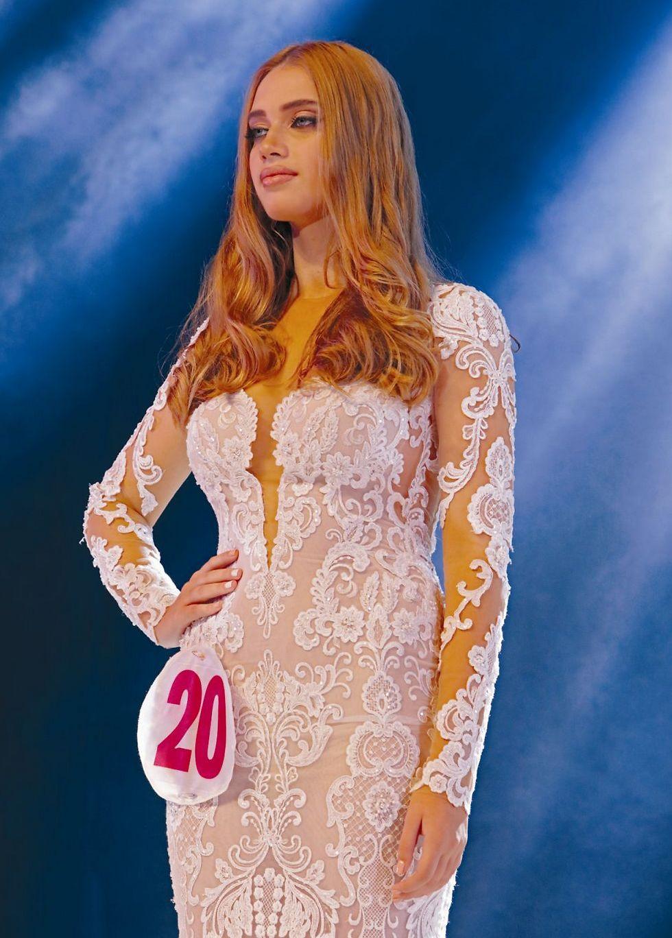 תמרה זטמן מדגמנת שמלת כלה (צילום: אורי מילר)