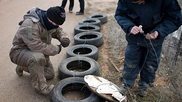 Protestors prepare tires in Amona (Photo: EPA)