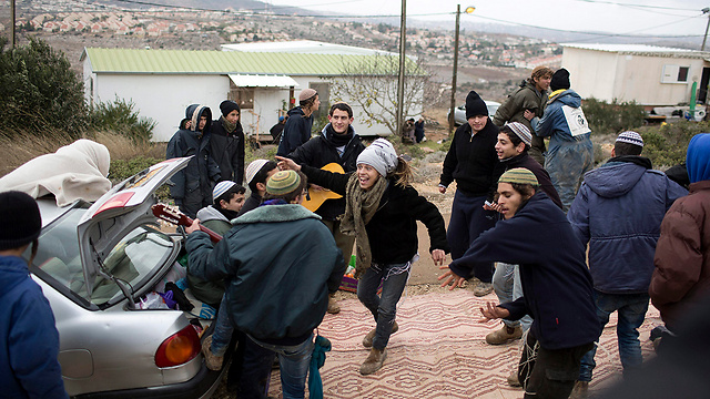 Settlers preparing for the Amona evacuation (Photo: EPA)