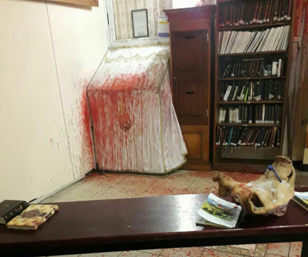 Радикалы вУкраинском государстве залили синагогу кровью
