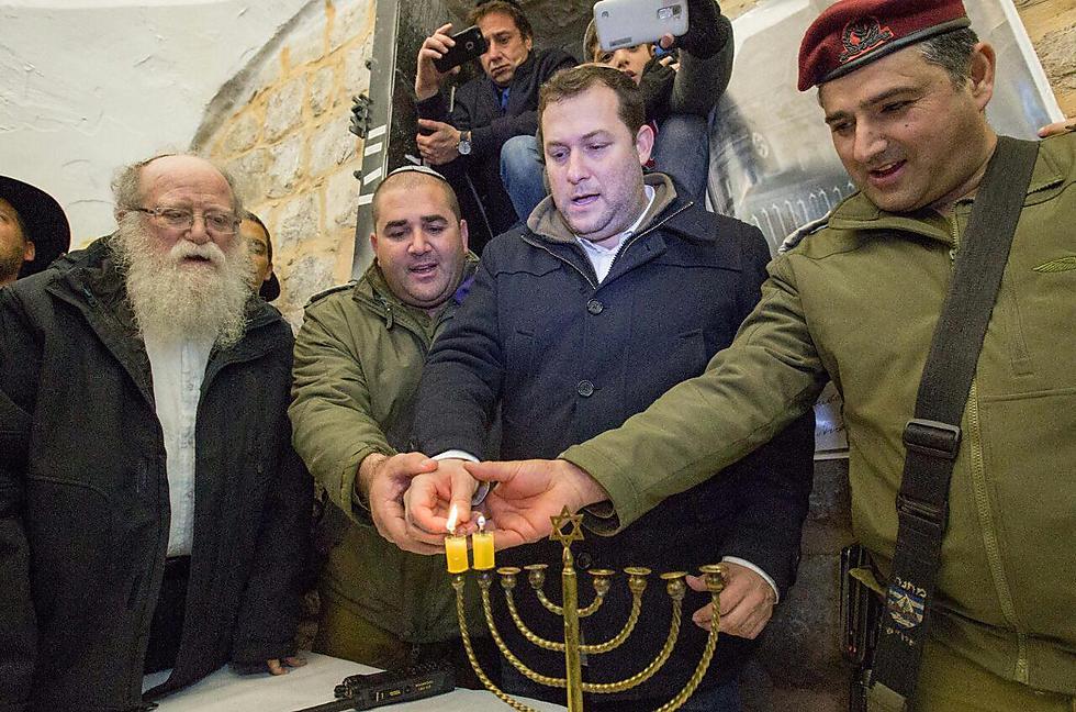 יוסי דגן ועקיבא מנסבך. נר שני בקבר יוסף (צילום: הלל מאיר)