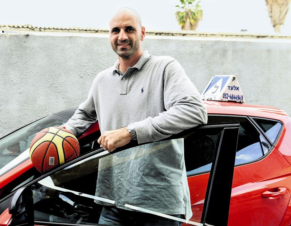 """אלעד סביון כמורה נהיגה. """"אין לי זמן לכדורסל, אבל אני חייב את זה לעצמי""""  (צילום: חורחה נובומינסקי)"""