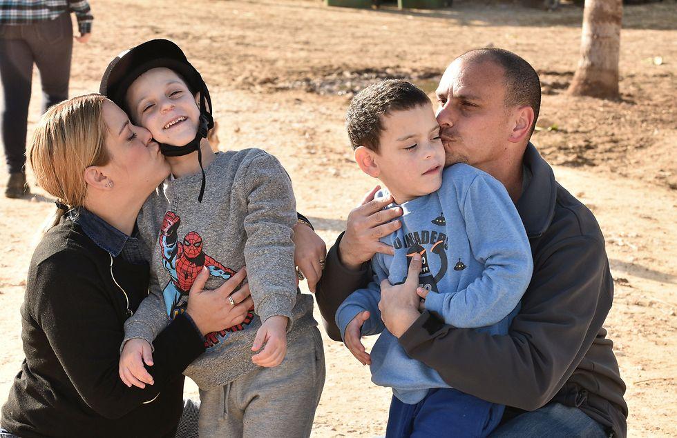 """""""בכל יום שהם קמים מאושרים, עם חיוך על הפנים, הם מנצחים"""". משפחת גולדשלגר  (צילום: נחום סגל )"""