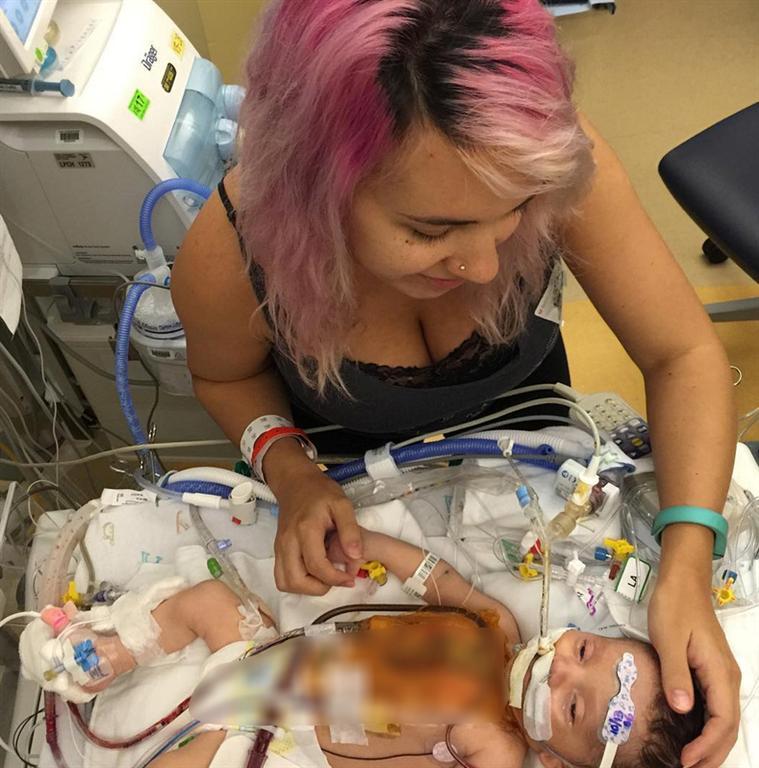 מתיוס, בבית החולים עם תינוקה שנפטר. קיבלה חיבוק מהאימהות ()