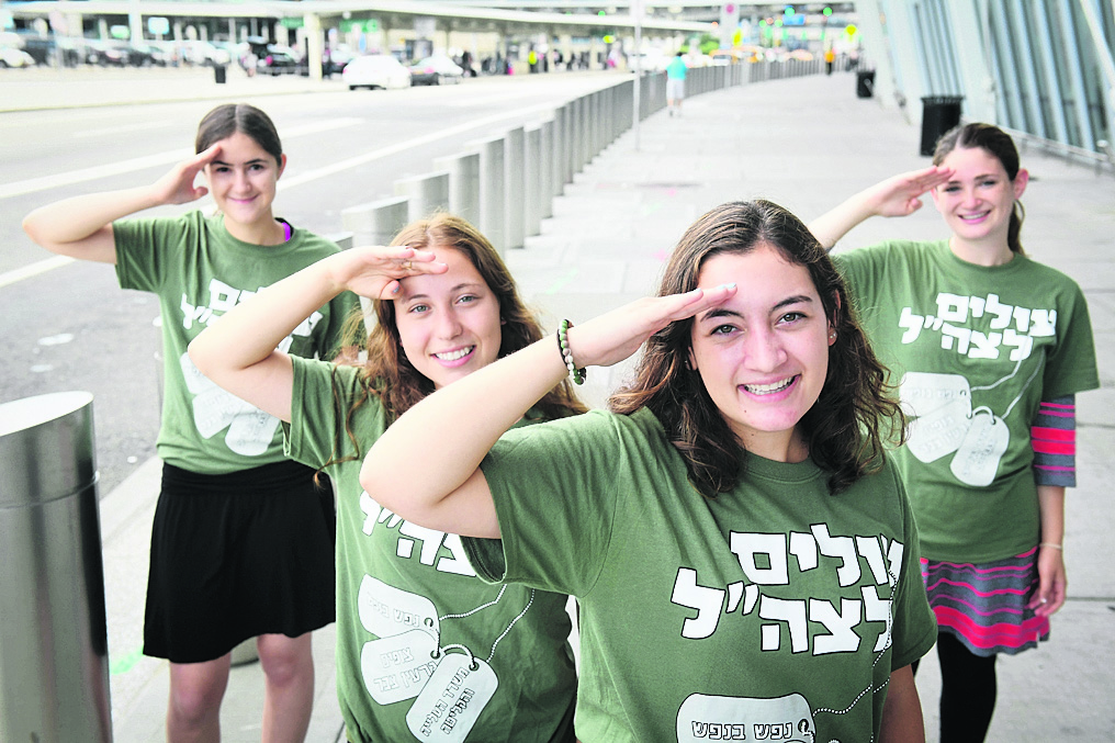 Saying goodbye at the New York airport before making aliyah to join the IDF (Photo: Shahar Azran)