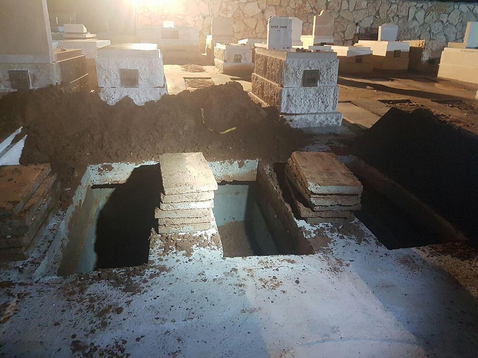 הקברים בבית העלמין בירושלים אמש, זמן קצר לפני הלוויה (צילום: לירן לוי)