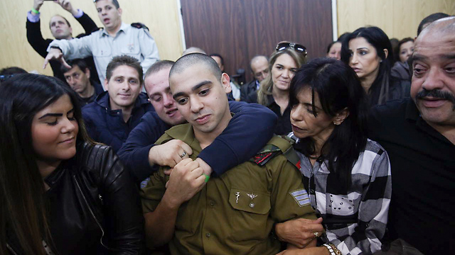 Azaria flanked by his girlfriend and parents at court (Photo: Flash90)