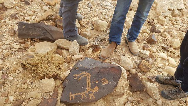 ציור מופשט אדם אוחז בקרני יעל (צילום: אסף קמר)