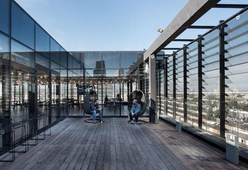גם מרפסת הגג מוקפת רפפות זכוכית (צילום: עמית גושר)