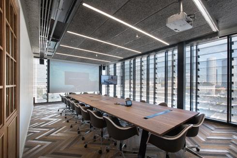 וחדר ישיבות בטונים רשמיים יותר (צילום: עמית גושר)