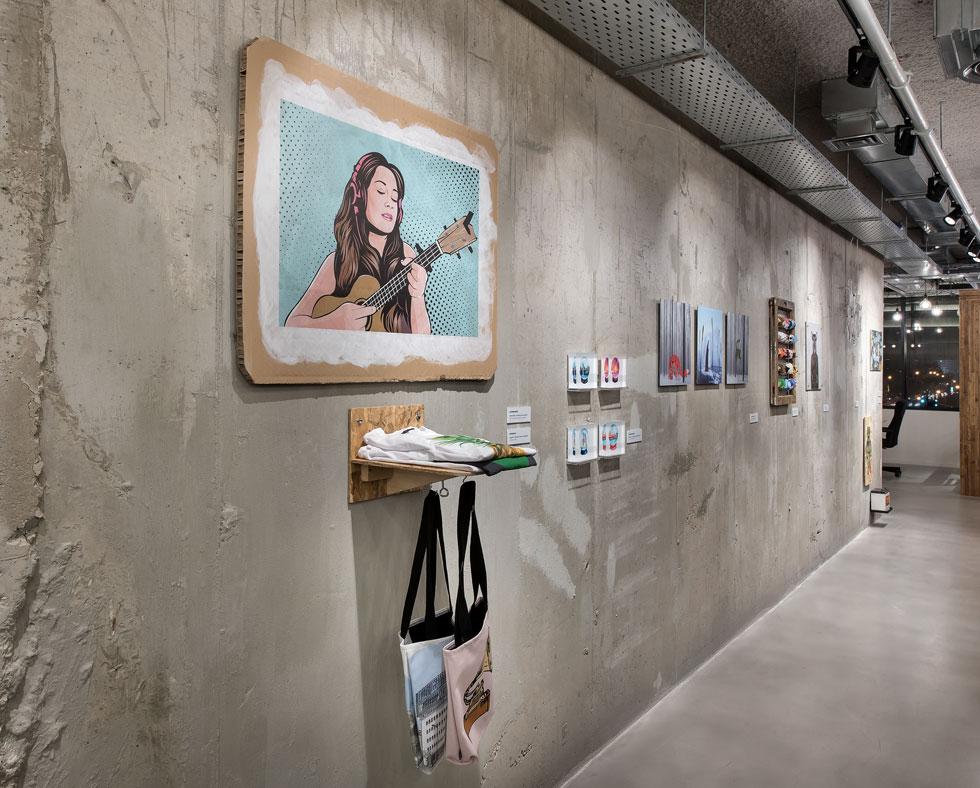 צוות של החברה אצר ובחר עבודות של כ-40 מעצבים מרחבי העולם. רובן נרכשו כקבצים דיגיטליים, וקיבלו פרשנויות מגוונות על הקירות (צילום: עמית גושר)