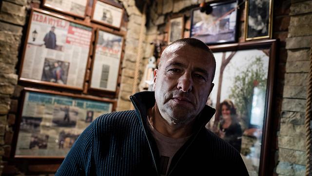 """קיר הכתבות והעיטורים של רנטו. """"הרוב קופצים באור יום - זו קריאת מצוקה"""" (צילום: AFP)"""