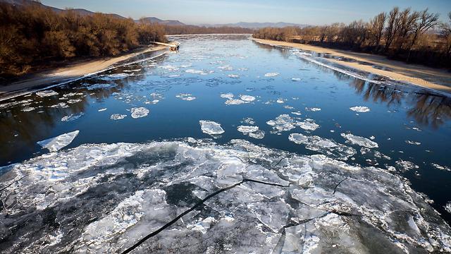 """קרח בחלקו ההונגרי של הדנובה. """"לשורדים יש רפלקס הישרדות. הם צורחים ושוחים"""" (צילום: EPA)"""