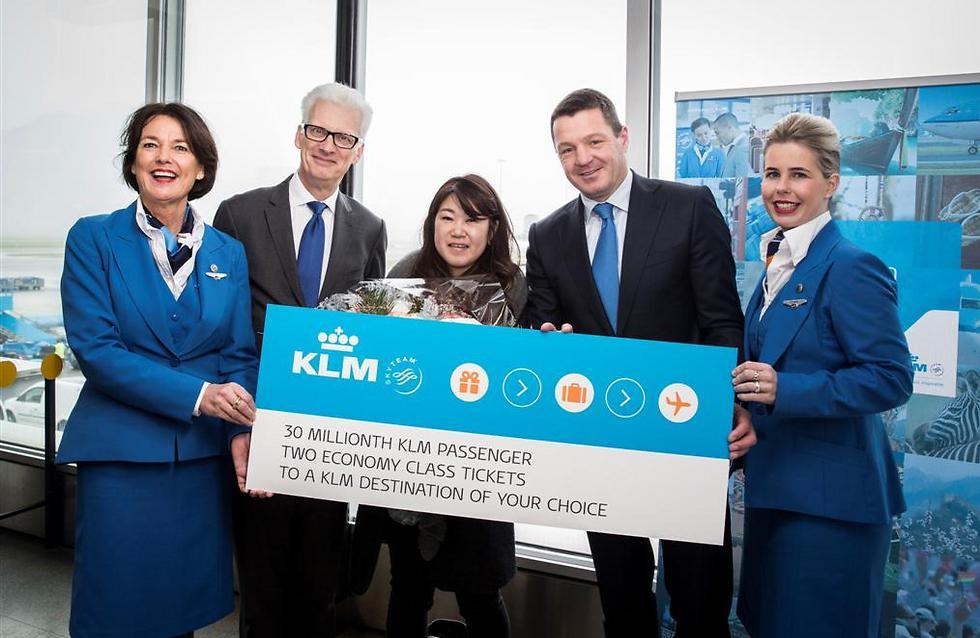 """כמה קנאה: הנוסעת ה-30 מיליון עם מנכ""""ל החברה וכרטיס הטיסה ()"""