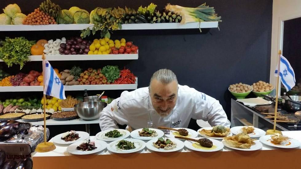 """שף שאול בן אדרת בתערוכת הקולינריה במדריד. מרגיש שם כמו בבית (צילום: יח""""צ)"""
