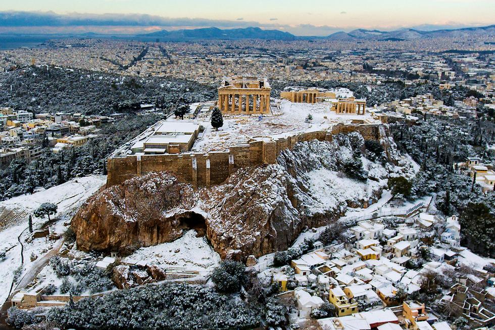 הגבעה המושלגת של אקרופוליס באתונה (צילום: רויטרס)