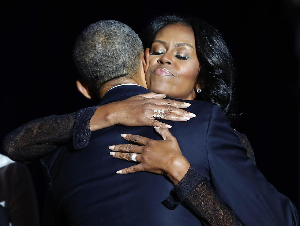 """""""הפכת את הבית הלבן למקום ששייך לכולם"""". עם מישל (צילום: AP)"""
