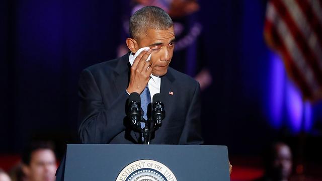 תמונה כזאת לא תראו אצל הנשיא הבא טראמפ. אובמה מזיל דמעה במהלך נאום הפרידה שלו (צילום: EPA)