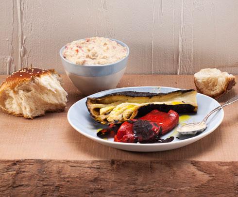 מטבל גבינה עם חצילים ופלפלים קלויים (צילום: רן גולני, סגנון: נעמה רן)