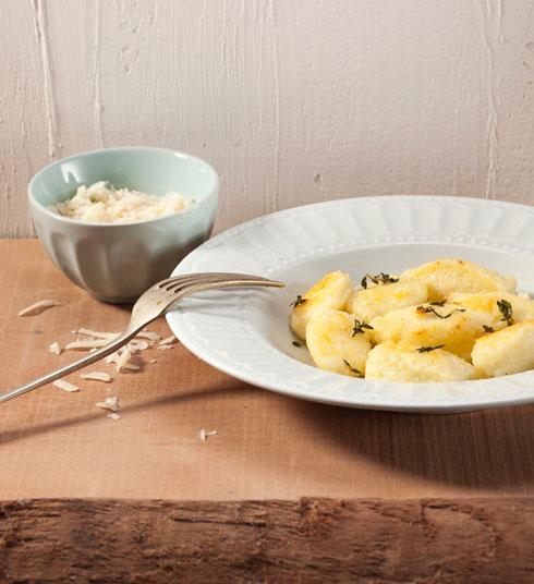 ניוקי גבינה-סולת בשום ותימין (צילום: רן גולני, סגנון: נעמה רן)