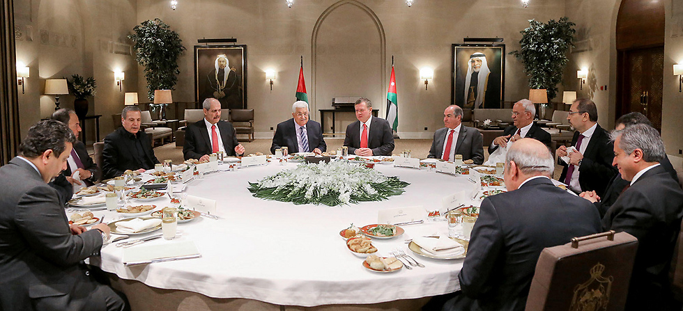 King Abdullah II (C-R) dining with Palestinian President Mahmoud Abbas (C-L) in the capital Amman (Photo: AFP / Yousef Allan / Jordanian Royal Palace) (Photo: AFP / Yousef Allan / Jordanian Royal Palace)