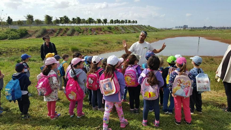 """סיור במגפיים בפארק אריאל שרון שבמרכז הארץ (צילום: יח""""צ)"""