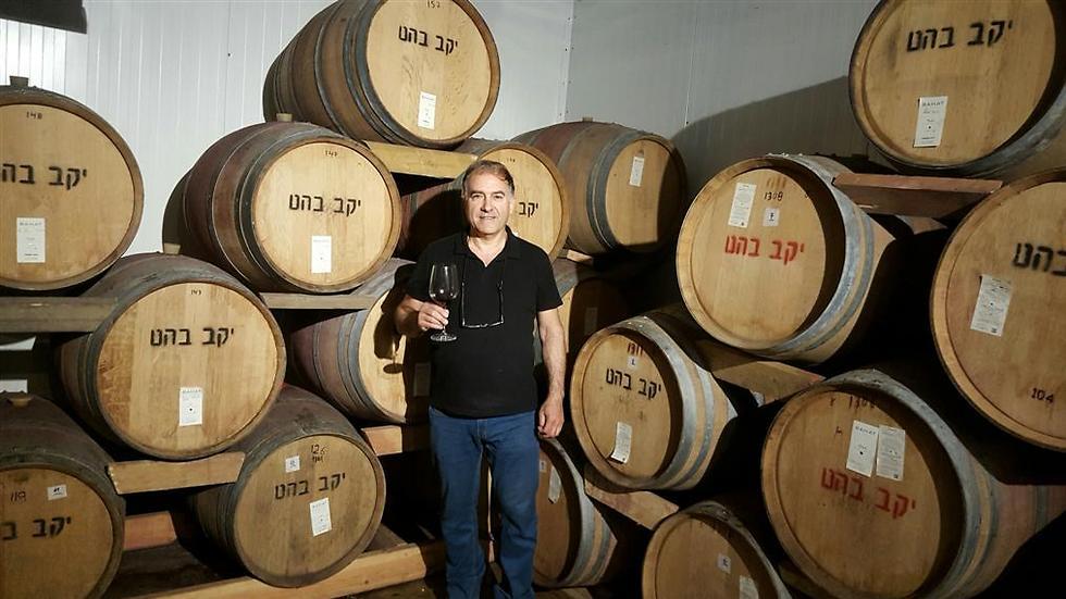 יעקב בהט בחדר חביות היין ביקב שבנה