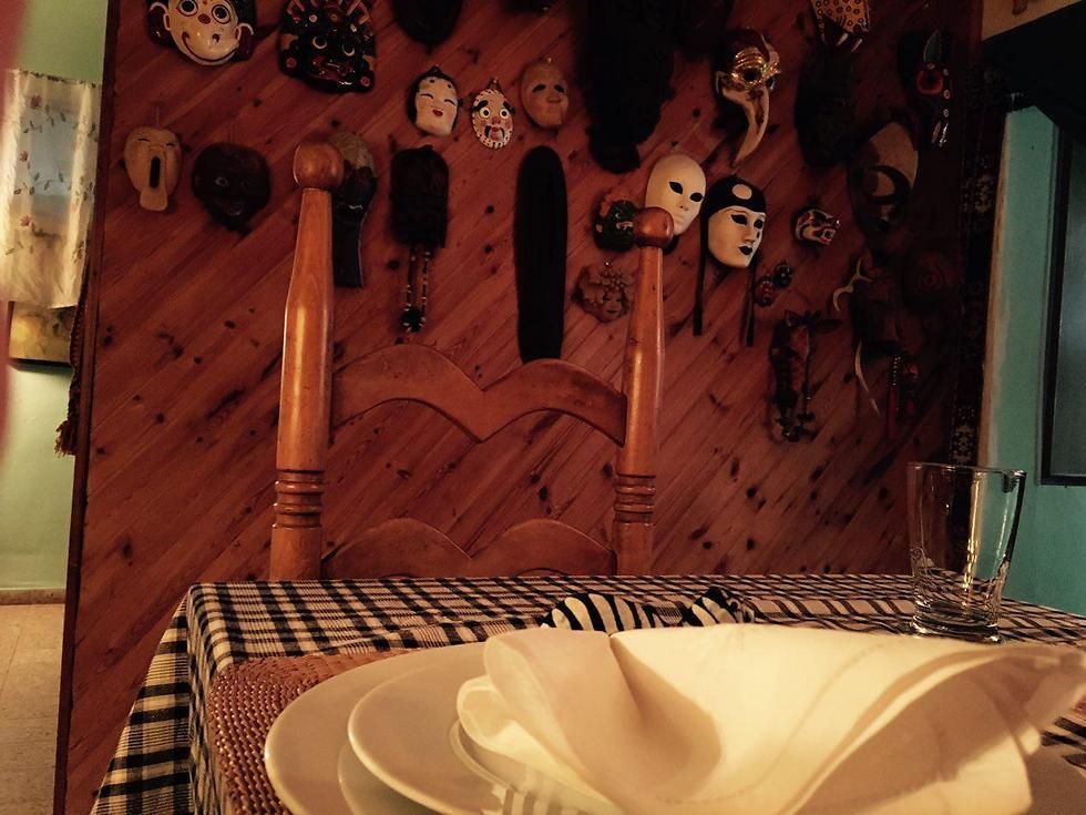 סעודה ביתית בין מאות פריטים מכל העולם: הבית של אביבה