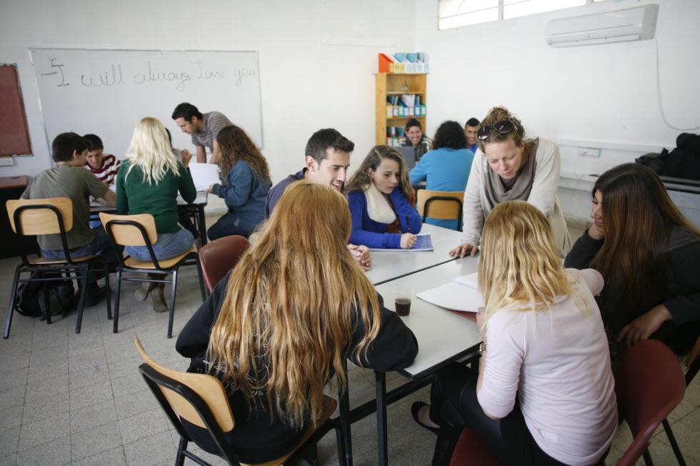 2 מחנכים בכיתה וקבוצות קטנות בתיכון של דרור בתי חינוך