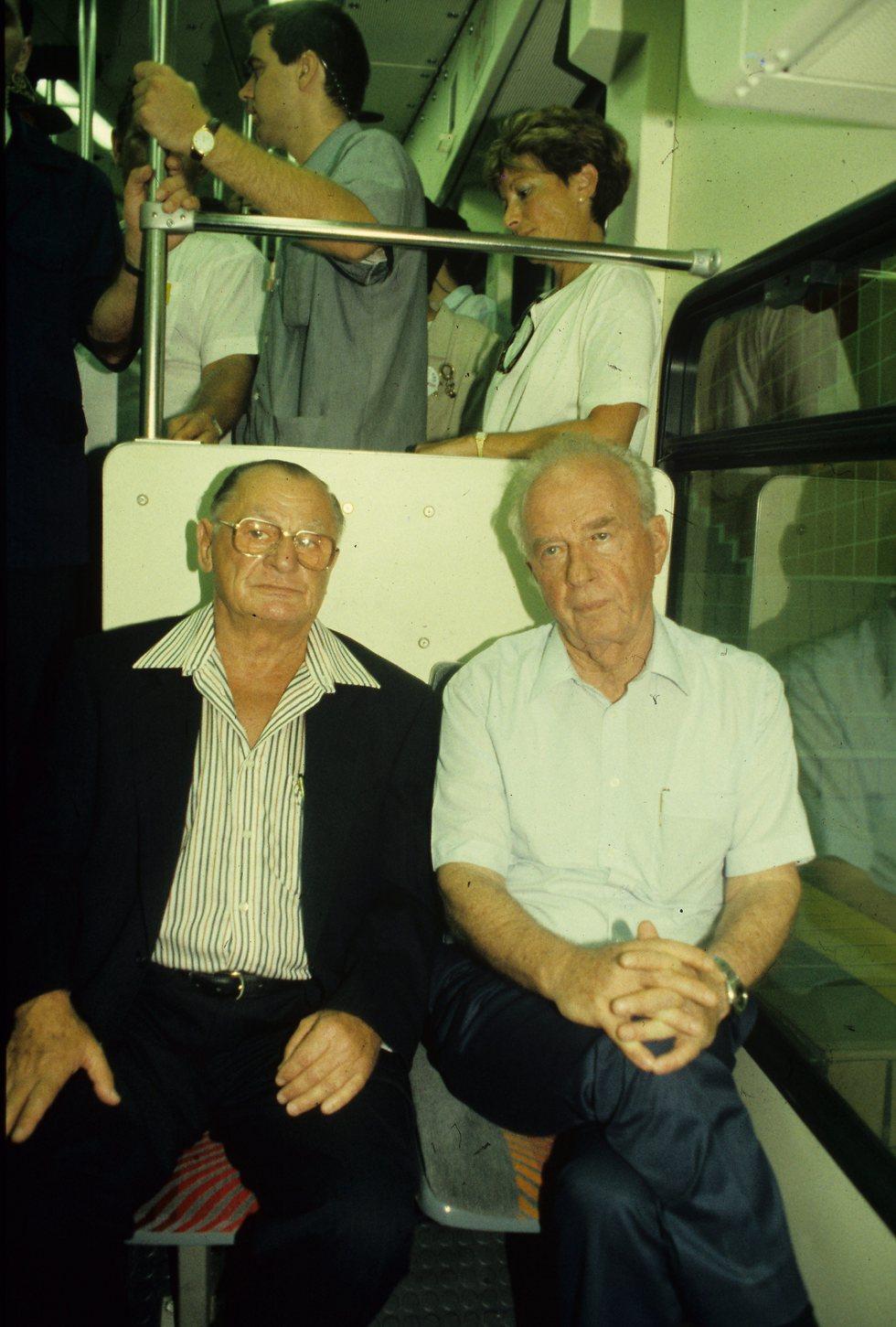 """רבין ז""""ל וראש העיר גוראל ז""""ל בפתיחת הכרמלית החדשה, 1992 (צילום: רון סולומון)"""