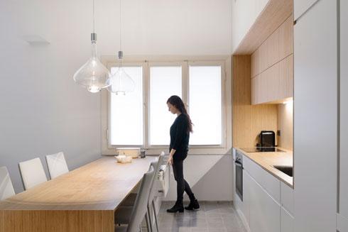 המטבח אוחד עם הסלון (צילום: גדעון לוין)