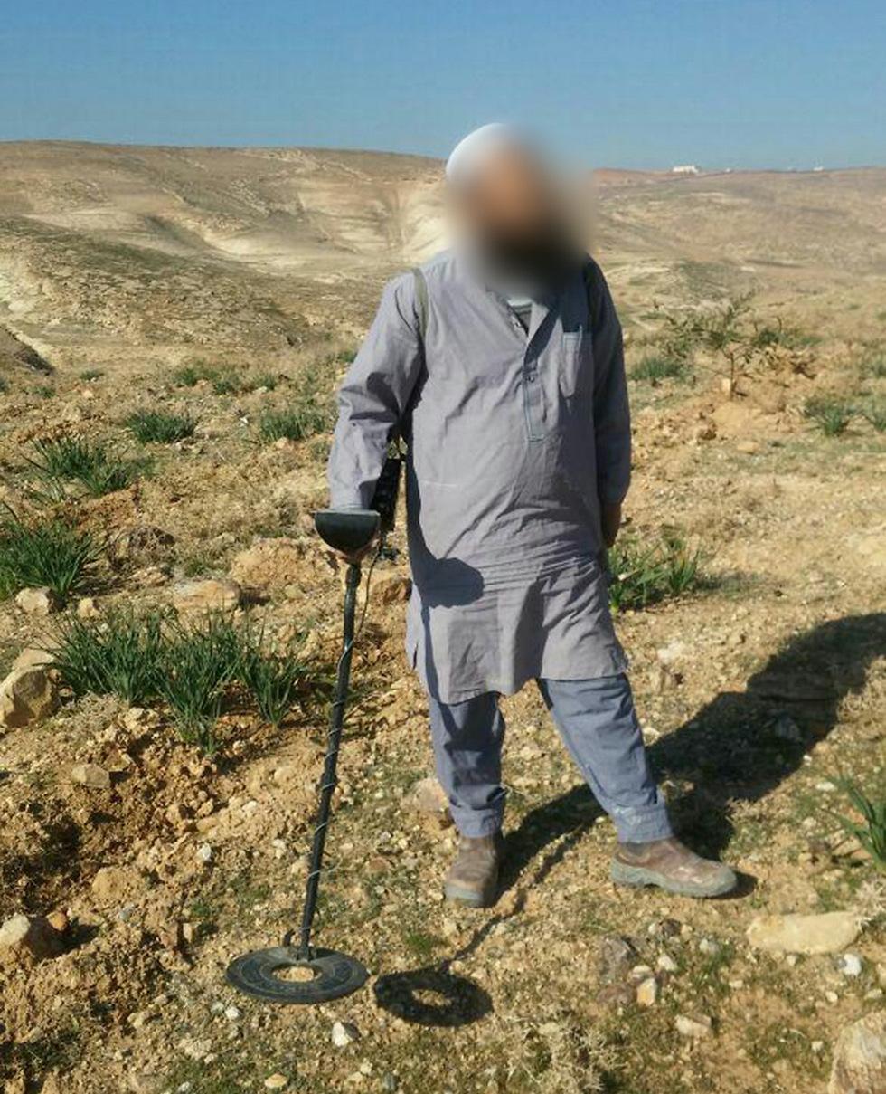 """נתפס בזמן החפירה. הפלסטיני החשוד בניסיון שוד עתיקות (צילום: """"שומרים על הנצח"""")"""