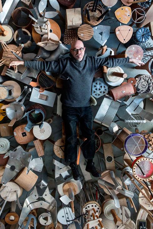 קאופמן בתערוכה קודמת, שבה הציג 450 שרפרפים (צילום: איתי בנית)