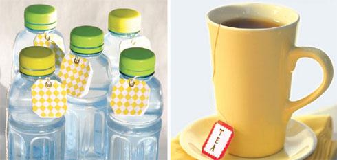 בקבוקים אישיים במקום קנקן גדול, ותגית צבעונית לתה (צילום: אורית זילברמן)