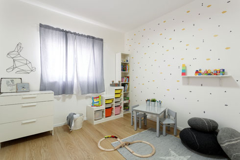 חדר משחקים, עם מדבקות קיר של רוני רפפורט ב-120 שקלים (צילום: אורית ארנון)