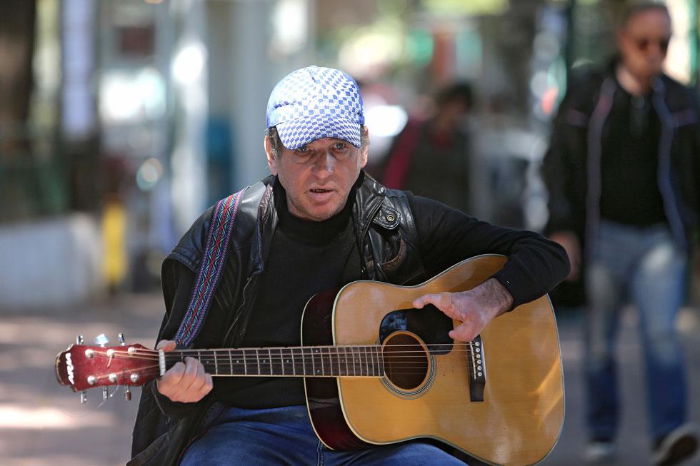 """אולג אלשטיין בהופעה. """"בקזחסטן עבדתי כמכונאי ומסגר, ובערבים ניגנתי במסעדה. מאז שעליתי לארץ, ההופעות ברחוב הן הפרנסה היחידה שלי"""" (צילום: צביקה טישלר)"""