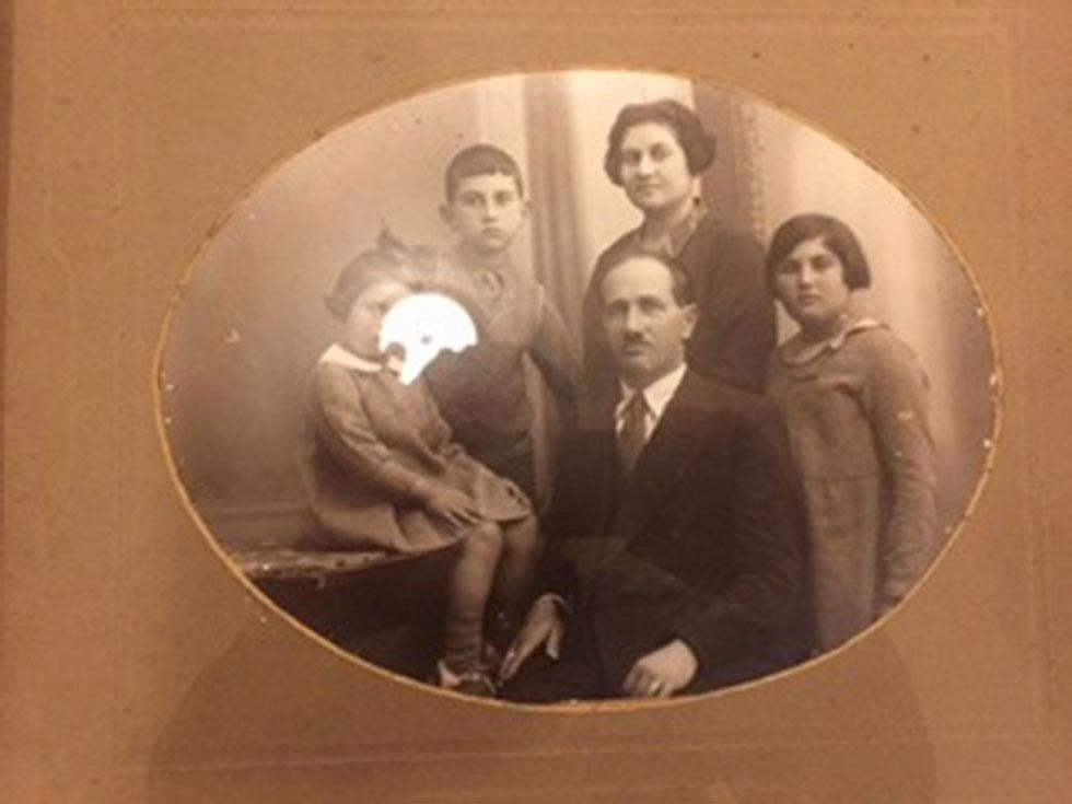 במרכז: שמעון לוריא ובני משפחתו