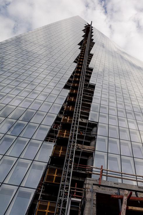 מעלית העבודה היא החלק האחרון שנשאר חשוף כעת, עד גמר העבודות (צילום: אינסה ביננבאום)