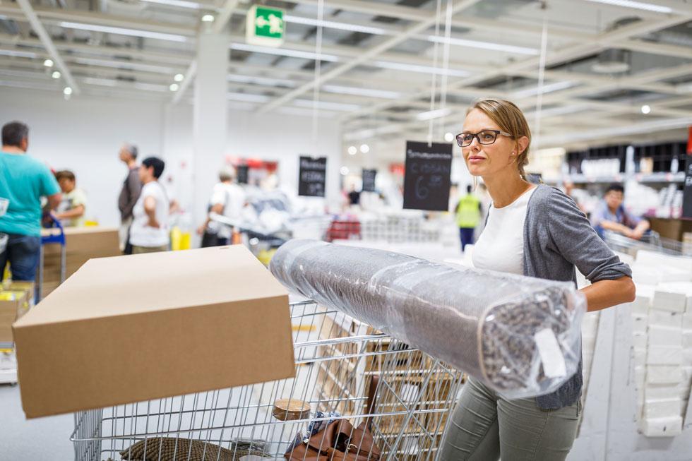 אישה של מישהו אחר, קונה ברים שמישהו אחר לא צריך. צילום אילוסטרציה (צילום: Shutterstock)