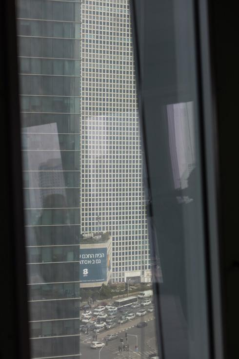 מבט על מגדלי עזריאלי מהמגדל החדש. קירות המסך שלהם, עם המסגרת הלבנה, נלקחו בחשבון כדי לשמור על המשכיות - אבל הפרשנות שונה: בגוון ובמקצב (צילום: אינסה ביננבאום)