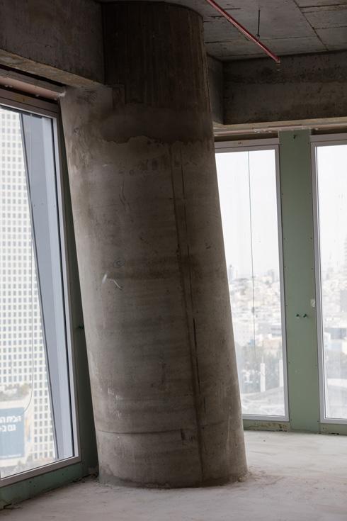 העמודים נוטים בהתאם לפיתול המגדל, וקיר המסך הכפול: פנימי, מערכת הצללה (תריסים) אמצעית, וחלון חיצוני (צילום: אינסה ביננבאום)