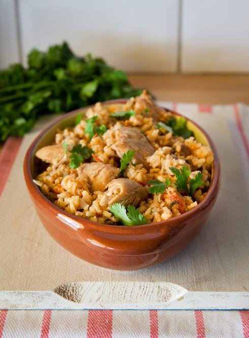 תבשיל אורז מלא, עגבניות ופרגיות (צילום: יעל אילן, סגנון: נעמה רן)